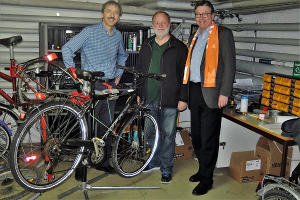 Foto v. l . n. r.: Thomas Erhard (Vorsitzender,  Kolping Waldram) – Erwin Braukmann – Hans-G. Anders (Integration,  Kolping Waldram)
